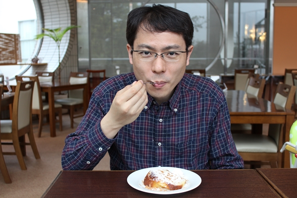 スイーツを食べる竹谷内院長