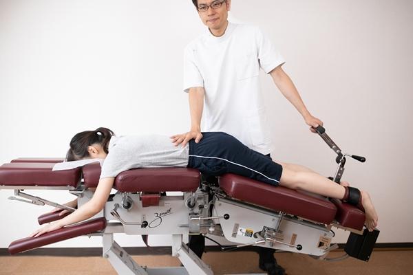 腰部脊柱管狭窄症のコックステーブルを使った治療法