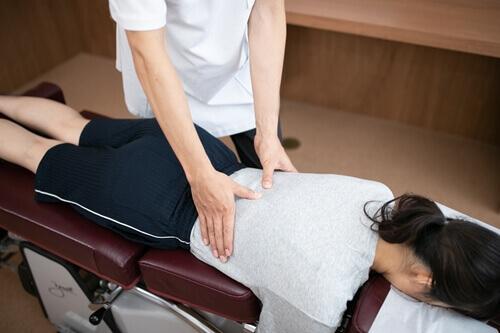 腰部の筋肉の緊張を和らげる手技治療