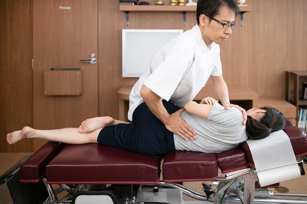 腰椎アジャストメント