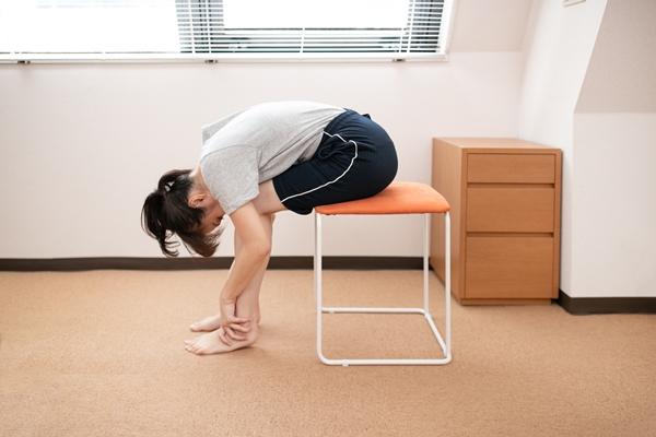 腰部脊柱管狭窄症のストレッチの腰丸め体操